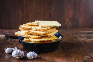 pão de alho crocante em uma mesa de madeira