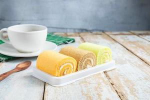 pãezinhos de bolo e café foto