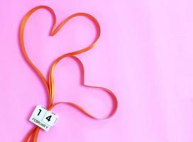 dois corações de fita e 14 de fevereiro foto