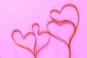 corações de fita vermelha foto