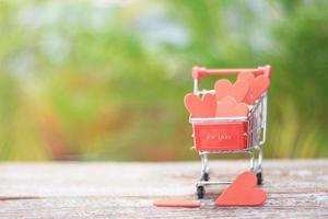 corações vermelhos em um carrinho foto
