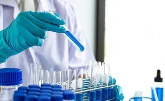 laboratório de ciências com tubos de ensaio