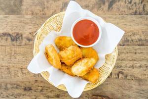 nuggets de frango frito crocantes com molho de tomate foto