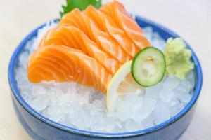 Sashimi de salmão com sorvete foto