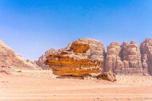 montanhas vermelhas do deserto de wadi rum na Jordânia foto