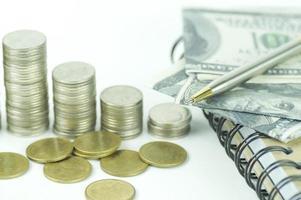 dinheiro de moedas com livro de conta foto