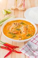 sopa tom yam kong, típica da tailândia foto