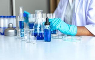 laboratório do cientista com béqueres e conta-gotas