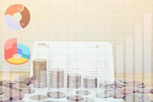pilha de moedas de dinheiro com sobreposição de gráfico foto