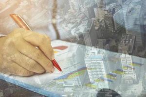 dupla exposição da mão escrevendo em trabalhos financeiros