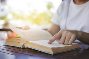 mulher lendo livro de romance antigo no café foto