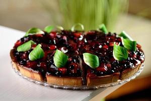 torta de frutas vermelhas em um prato transparente