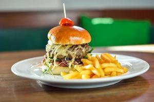 mini hambúrguer com batatas fritas