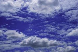 céu azul escuro com nuvens