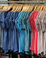 camisetas em cabides