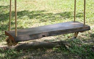 close-up de um balanço de madeira do lado de fora foto