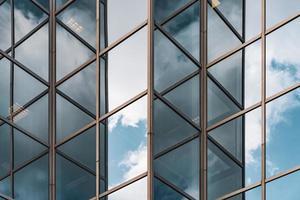 nuvens refletidas na fachada de um edifício
