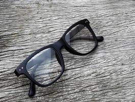 par de óculos em madeira foto