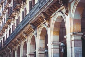varandas e arcadas de um edifício neoclássico