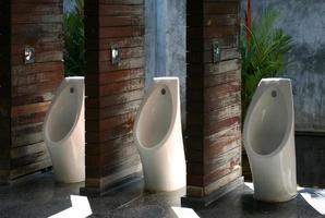 urinóis ao ar livre sob a luz do sol foto