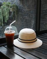 chapéu com café gelado
