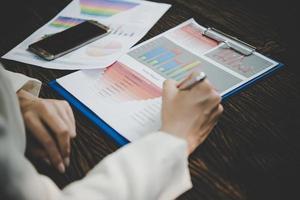 empresária trabalhando com análise de documento de marketing