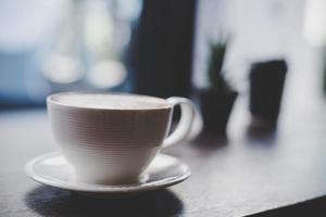 xícara de café no café com filtro vintage foto
