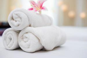 linda orquídea rosa em toalhas brancas em salão de spa foto