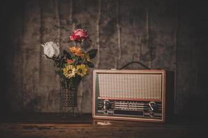 natureza morta com um receptor de rádio retrô e vasos de flores