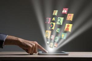 empresário com ícones de mídia digital moderna foto