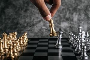 mão jogando xadrez foto