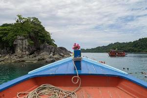 mar, céu e barco turístico foto