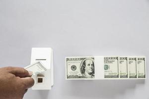 vista superior da nota de dólar com casa de madeira foto