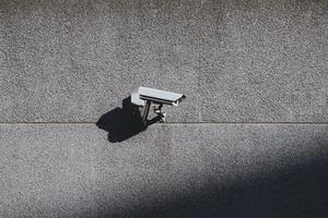 câmera de segurança na parede do prédio