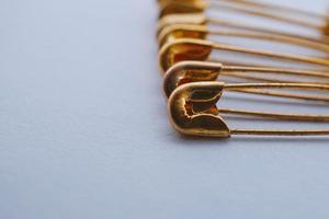 alfinetes de segurança de ouro foto