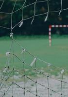 rede rasgada no gol de futebol