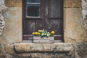 velha janela rural com uma panela de madeira
