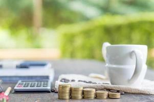 conceito de economizar dinheiro, moedas de ouro empilhadas na mesa