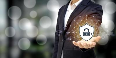 empresário segurando um ícone de escudo, conceito de proteção, proteção de rede de computador, segurança e proteção