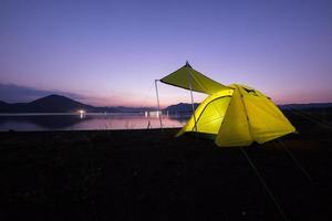 barraca de acampamento ao entardecer