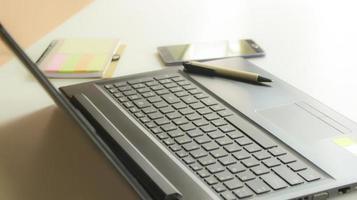 caneta em um laptop
