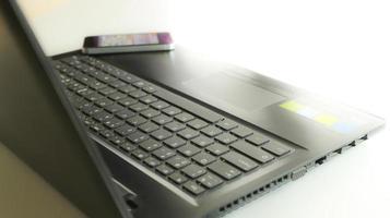 laptop aberto em uma mesa