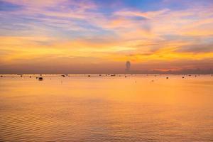 nascer do sol refletindo sobre a água foto