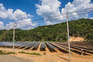 fazenda de células solares sob um céu nublado foto