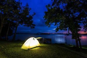 tenda perto da água ao entardecer
