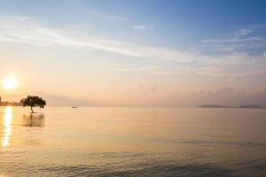 reflexo do nascer do sol sobre a água foto