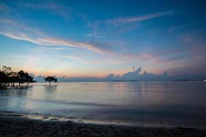 lindo nascer do sol sobre o oceano