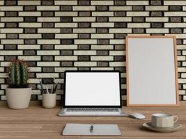 mock up poster na mesa com laptop e café