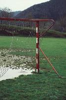 velho gol de futebol abandonado