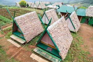 cabanas em um gramado na Tailândia rural